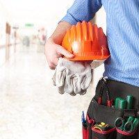 Robotnik trzyma kask