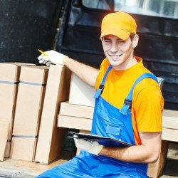 Robotnik sprawdzający materiały budowlane